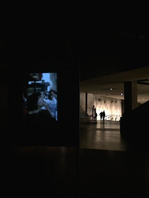 Schreckensszenen des 9/11-Horrortages projeziert