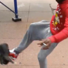 Schockvideo: Sadist tritt Katze mit Fuß, Tier fliegt zehn Meter weit